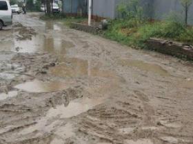 通州区马驹桥村民爆光:我家门前挖挖挖,下雨成了烂泥塘!