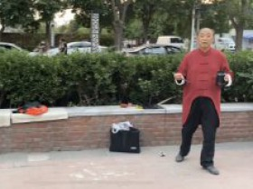75岁老人千里北漂,画家村摆地摊,苦练书法